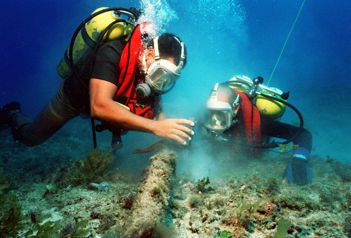 two marine biologist working underwater
